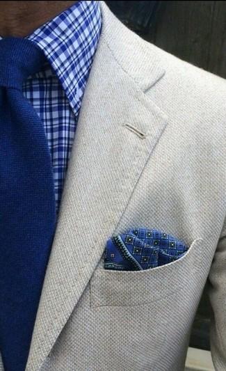 Comment porter: blazer en laine beige, chemise de ville écossaise bleue, cravate en tricot bleue, pochette de costume imprimée bleue