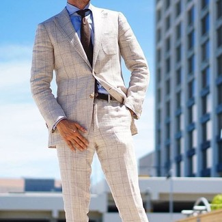 Comment porter: blazer à carreaux beige, chemise de ville bleue, pantalon de costume à carreaux beige, cravate en laine marron foncé