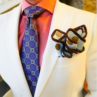 Comment porter: blazer beige, chemise de ville orange, cravate imprimée violette, pochette de costume á pois blanche