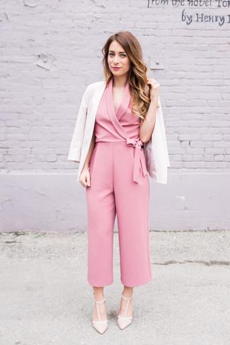 Comment porter un blazer beige: Associe un blazer beige avec une combinaison pantalon rose pour une tenue raffinée mais idéale le week-end. Assortis ce look avec une paire de escarpins en cuir beiges.