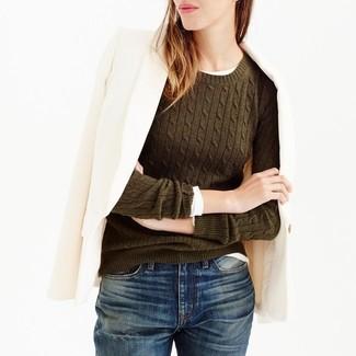 Comment porter: blazer en laine beige, pull à col rond olive, t-shirt à manche longue blanc, jean boyfriend bleu marine
