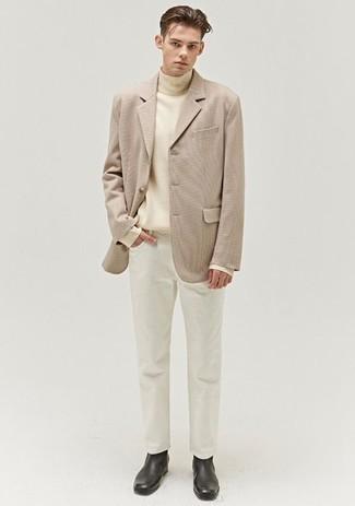 Comment s'habiller pour un style chic decontractés: Pense à opter pour un blazer beige et un jean blanc pour achever un look habillé mais pas trop. Ajoute une paire de bottines chelsea en cuir noires à ton look pour une amélioration instantanée de ton style.