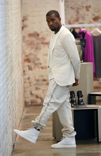 Comment porter: blazer beige, t-shirt à col rond beige, pantalon de jogging beige, baskets montantes blanches