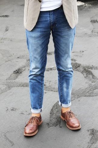 Comment porter: blazer en vichy beige, t-shirt à col rond blanc, jean bleu, chaussures richelieu en cuir tabac