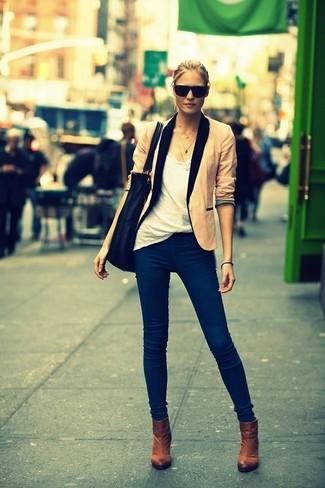 Comment porter: blazer beige, t-shirt à col rond blanc, jean bleu marine, bottines marron