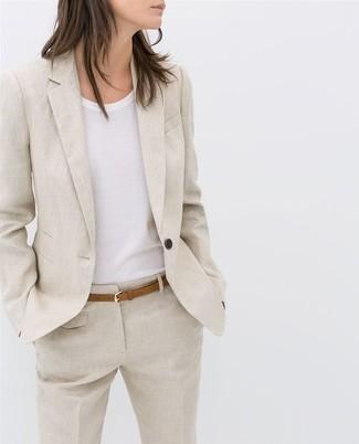 Comment porter: blazer en lin beige, t-shirt à col rond blanc, pantalon de costume en lin beige, ceinture en cuir marron clair