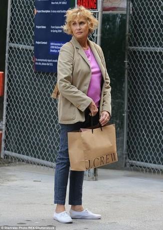 Tenue de Lauren Hutton: Blazer beige, T-shirt à col rond fuchsia, Jean bleu marine, Tennis blancs