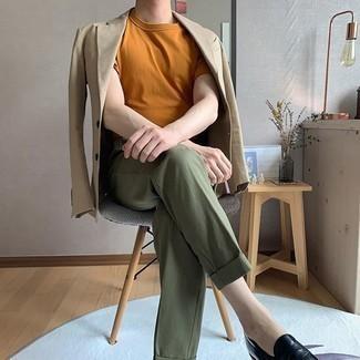 Comment porter un t-shirt à col rond tabac: Associe un t-shirt à col rond tabac avec un pantalon de costume olive pour créer un look chic et décontracté. Une paire de des slippers en cuir noirs apportera une esthétique classique à l'ensemble.