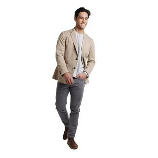 Comment porter: blazer en coton beige, t-shirt à manche longue gris, pantalon chino gris foncé, bottines chukka en cuir marron foncé