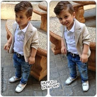 Comment porter: blazer beige, t-shirt blanc, jean bleu marine, slippers blancs