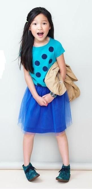 Comment porter: blazer beige, t-shirt á pois turquoise, jupe en tulle bleu marine, bottines chukka bleu canard