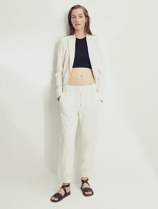 Comment porter: blazer en lin beige, top court noir, pantalon carotte en lin beige, sandales plates en cuir noires