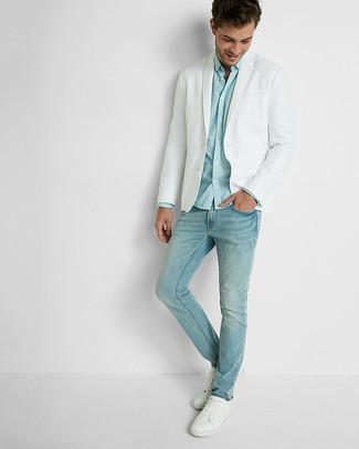 Comment porter: blazer blanc, chemise à manches longues bleu clair, jean bleu clair, baskets basses en cuir blanches
