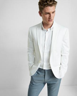 Comment porter: blazer blanc, chemise de ville blanche, pantalon de costume bleu