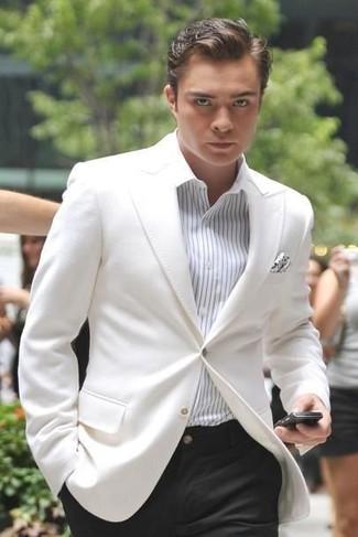 Comment porter: blazer blanc, chemise de ville à rayures verticales blanche, pantalon de costume noir, pochette de costume á pois blanche