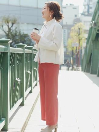 Comment porter: blazer en lin blanc, chemise de ville blanche, pantalon large rouge, mules en cuir beiges
