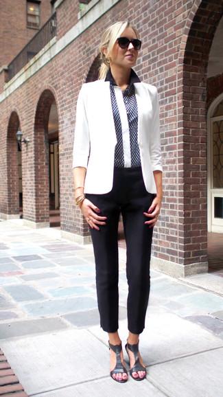 Comment porter: blazer blanc, chemise de ville imprimée bleu marine, pantalon carotte noir, sandales à talons en cuir noires