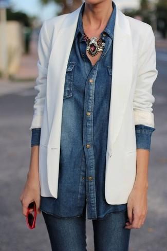 Choisis un blazer blanc et un jean skinny bleu pour un déjeuner le dimanche entre amies.