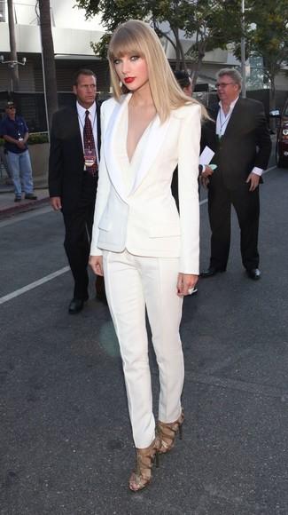 Les journées chargées nécessitent une tenue simple mais stylée, comme un blazer blanc et un pantalon de costume blanc. Une paire de des sandales à talons en cuir dorées s'intégrera de manière fluide à une grande variété de tenues.
