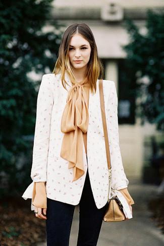 Comment porter: blazer blanc, chemisier à manches longues en soie marron clair, jean skinny noir, sac bandoulière en cuir doré