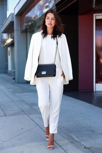 Associe un blazer blanc avec une combinaison pantalon blanche pour affronter sans effort les défis que la journée te réserve. Complète ce look avec une paire de des sandales à talons en cuir blanches.