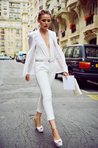 Comment porter: blazer blanc, combinaison pantalon blanche, sandales à talons en cuir blanches, ceinture en cuir blanche