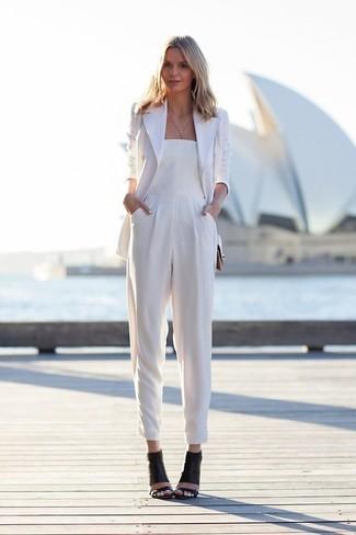 Pour créer une tenue idéale pour un déjeuner entre amis le week-end, essaie d'harmoniser un blazer blanc avec une combinaison pantalon blanche. Termine ce look avec une paire de des sandales à talons en cuir noires.