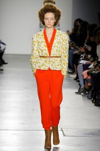 Comment porter: blazer à fleurs blanc, combinaison pantalon rouge, bottines en cuir marron, ceinture serre-taille en cuir marron clair