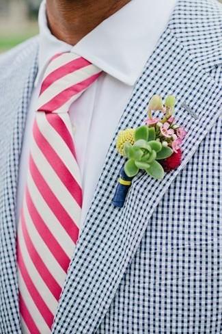 Comment porter: blazer en vichy blanc et bleu marine, chemise de ville blanche, cravate à rayures verticales fuchsia, broche à fleurs verte