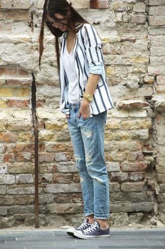 Opte pour le confort dans un blazer blanc et bleu marine et un jean boyfriend déchiré bleu clair. Une paire de des baskets basses gris foncé s'intégrera de manière fluide à une grande variété de tenues.