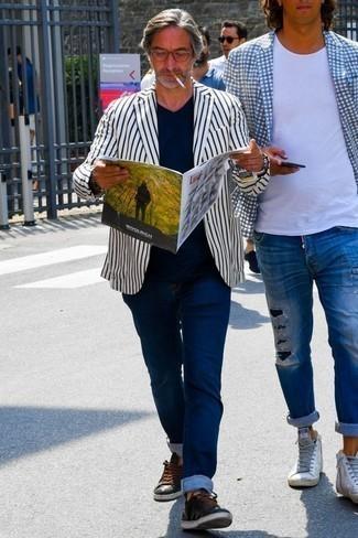 Comment porter un blazer à rayures verticales blanc et bleu marine: Marie un blazer à rayures verticales blanc et bleu marine avec un jean bleu marine pour une tenue idéale le week-end. Si tu veux éviter un look trop formel, complète cet ensemble avec une paire de des baskets basses en cuir noires.
