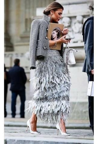 Comment porter: blazer en pied-de-poule blanc et noir, jupe mi-longue en plumes grise, escarpins en cuir ornés blancs, sac bandoulière en cuir imprimé serpent argenté
