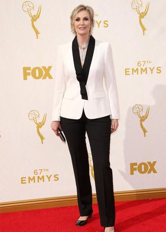 Comment porter: blazer blanc et noir, pantalon de costume noir, escarpins en cuir noirs, pochette en cuir noire