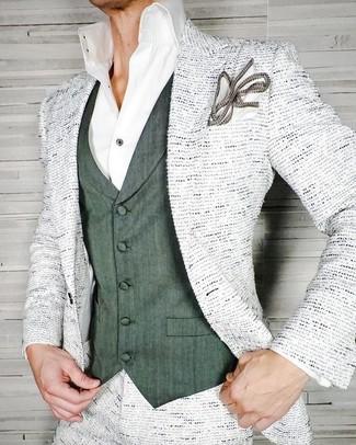 Comment porter: blazer en tweed blanc, gilet vert foncé, chemise de ville blanche, pochette de costume blanche