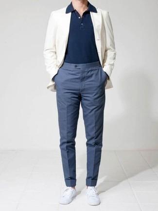 Comment porter un pantalon de costume bleu: Pense à marier un blazer blanc avec un pantalon de costume bleu pour un look classique et élégant. Si tu veux éviter un look trop formel, fais d'une paire de des baskets basses en toile blanches ton choix de souliers.