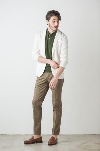 Comment porter des slippers en cuir marron: Essaie d'associer un blazer blanc avec un pantalon chino marron pour un look idéal au travail. Jouez la carte classique pour les chaussures et termine ce look avec une paire de des slippers en cuir marron.