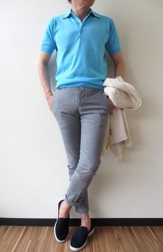 Comment porter: blazer blanc, polo turquoise, pantalon de costume gris, baskets à enfiler en daim noires