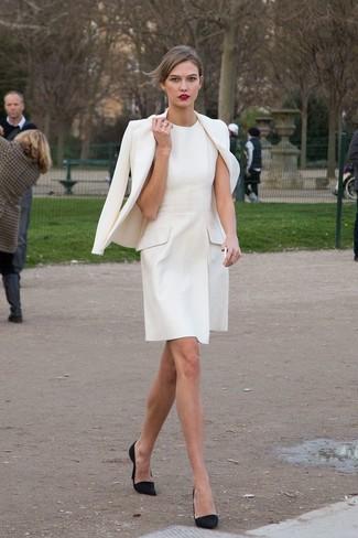 Comment porter: blazer blanc, robe évasée blanche, escarpins en daim noirs