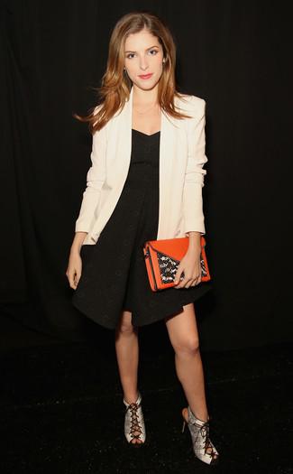 Comment porter: blazer blanc, robe évasée noire, sandales à talons en cuir imprimées serpent grises, pochette en cuir orange