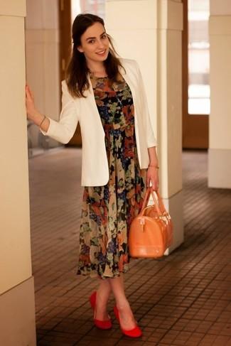 Comment porter: blazer blanc, robe midi en chiffon à fleurs noire, ballerines en daim rouges, cartable en caoutchouc orange