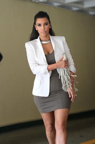 Tenue de Kim Kardashian: Blazer blanc, Robe moulante grise, Pochette en cuir à franges blanche, Collier argenté