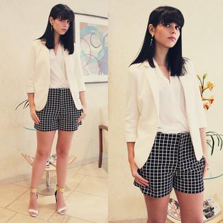 Opte pour un blazer blanc avec un short à carreaux noir et blanc pour créer un style chic et glamour. Transforme-toi en bête de mode et fais d'une paire de des sandales à talons en cuir blanches ton choix de souliers.