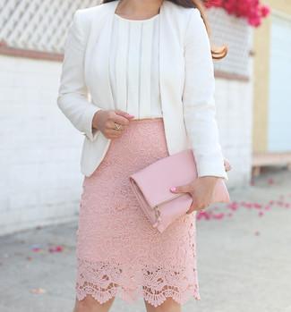 Comment porter un top sans manches en soie blanc: Choisis un top sans manches en soie blanc et une jupe crayon en dentelle rose pour créer un style chic et glamour.