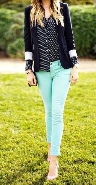 Comment porter: blazer bleu marine, blazer bleu marine, chemise de ville á pois bleu marine et blanc, jean skinny vert menthe