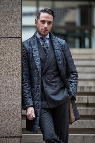 Comment porter: blazer matelassé noir, blazer croisé en laine gris foncé, chemise de ville bleu clair, pantalon de costume en laine gris foncé