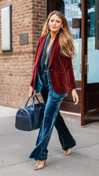 Comment porter: blazer en velours rouge, blazer en velours turquoise, pantalon large en velours turquoise, escarpins en cuir à clous beiges