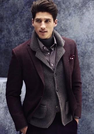 Comment porter: blazer en laine bordeaux, blazer en tricot gris foncé, pull à col roulé gris foncé, chemise à manches longues en vichy noire et blanche