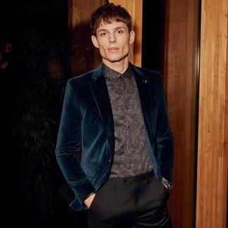 Comment porter: blazer en velours bleu canard, chemise de ville imprimée cachemire noire, pantalon de costume noir, montre en cuir noire