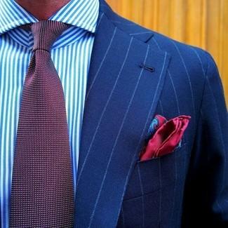 Comment porter: blazer à rayures verticales bleu, chemise de ville à rayures verticales blanc et bleu, cravate á pois bordeaux, pochette de costume en soie imprimée cachemire rouge