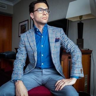Comment porter: blazer en vichy bleu, chemise en jean bleue, pantalon de costume bleu clair, pochette de costume rouge et bleu marine